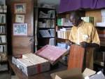 Clément Nzungu Mavinga maakt een handbibliotheek voor een school voor verpleegkundigen klaar