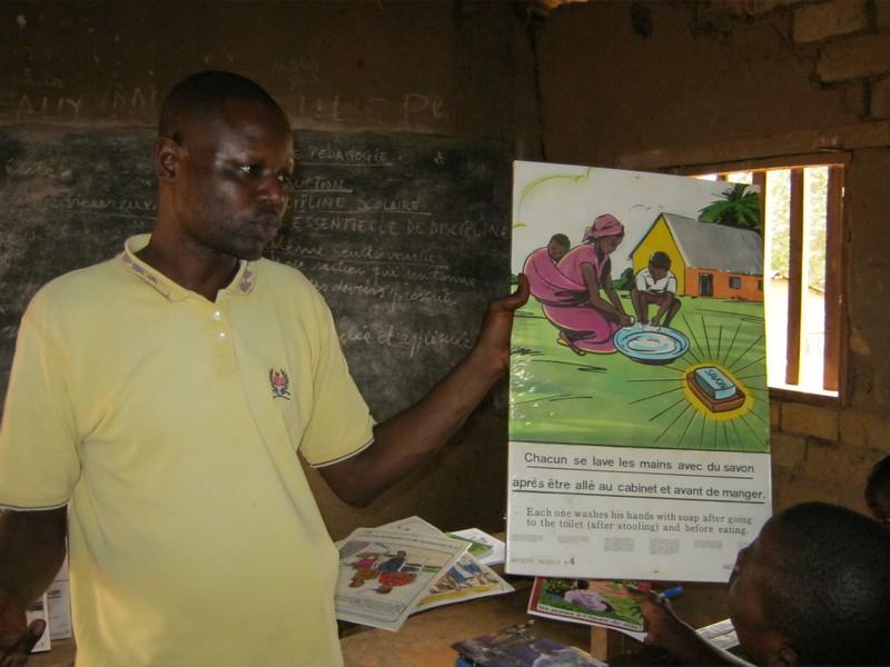 Een educatieve posterbox wordt gebruikt in een school in de DR Congo
